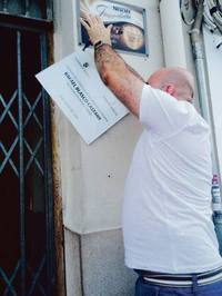 El peri�dico de aqu� -El alcalde retirando la placa. EPDA