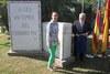 El peri�dico de aqu� -La alcaldesa, Elena Mart�nez, junto al presidente de la asociaci�n tras destapar la placa. FOTO: EPDA