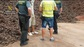El peri�dico de aqu� -Imagen de los agentes con las algarrobas recuperadas. FOTO: GC