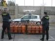 El peri�dico de aqu� -Los agentes con las botellas recuperadas. FOTO: GC