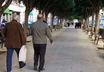 El peri�dico de aqu� -Dos vecinos paseando por Mislata. FOTO: EPDA