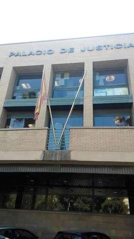 El peri�dico de aqu� -Bandera de los juzgados de Catarroja hasta hace un mes. EPDA