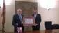 El peri�dico de aqu� -El alcalde de Requena entrega el pergamino al homenajeado. EPDA