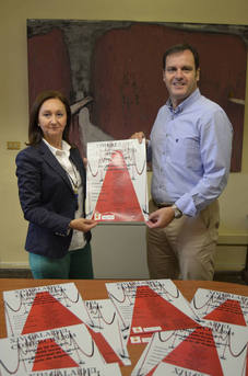 El peri�dico de aqu� -La concejala de Comercio y el alcalde en funciones con el cartel de la gala. EPDA