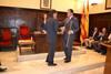 El peri�dico de aqu� -El ex alcalde felicita a Muniesa tras entregarle la vara de mando. EPDA