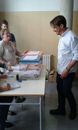 El peri�dico de aqu� -Bartolom� votando. FOTO: EPDA