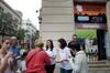 El peri�dico de aqu� -Imagen del personal de la Oficina informando de la oferta de Xirivella. FOTO: DIVAL