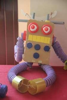 El peri�dico de aqu� -Uno de los juguetes reciclados. //EPDA