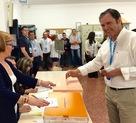 El peri�dico de aqu� -Muniesa votando. FOTO: EPDA