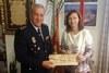 El peri�dico de aqu� -La alcaldesa, Elena Mart�nez, recibe el sobre con el dinero encontrado de manos del Inspector Jefe de la Polic�a Nacional, Jos� Manuel Le�n: FOTO: EPDA
