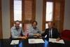 El peri�dico de aqu� -Un concejal, el alcalde y un responsable de Carrefour, en la firma del convenio