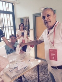 El peri�dico de aqu� -Crisp�n votando. FOTO: EPDA