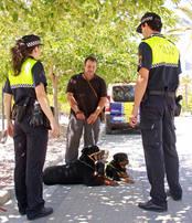 El peri�dico de aqu� -Dos agentes de la Polic�a Local con un propietario y sus perros. EPDA