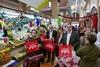El peri�dico de aqu� -El alcalde visita el mercado para repartir las bolsas. EPDA