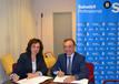El peri�dico de aqu� -La alcaldesa, Carmen Mart�nez, y Jos� Vicente Caballer, en representaci�n de Banco Sabadell, en la firma del convenio. EPDA