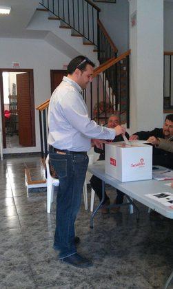 El peri�dico de aqu� -Juan Carlos Requena votando en la sede del partido. FOTO EPDA